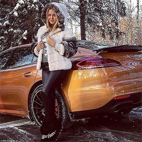 Một cô gái có tên Arina khoe dáng bên siêu xe Porsche phiên bản màu vàng trên trang Instagram cá nhân