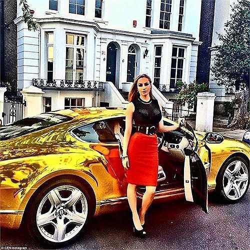 Cô gái trẻ này cực nổi bật với chân váy đỏ bên cạnh siêu xe thể thao màu vàng