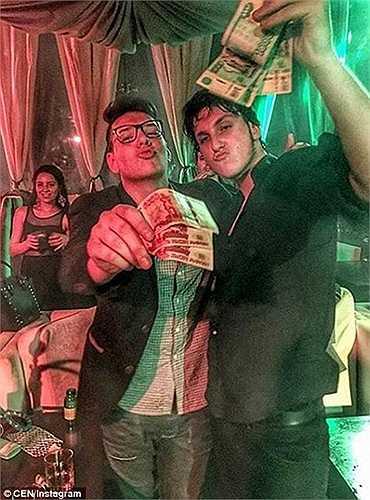 Hình ảnh buông thả của 2 thanh niên trong 1 quán bar với hàng xấp tiền trên tay