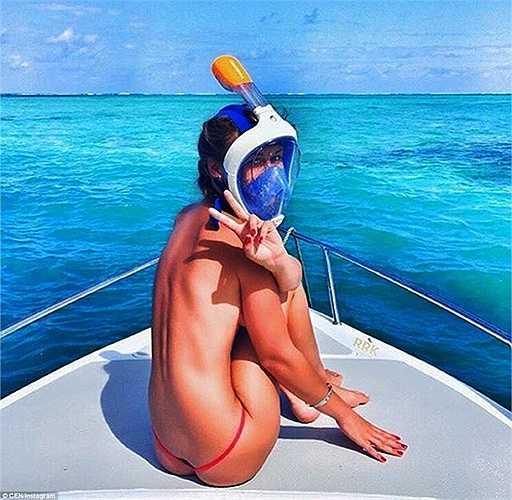 Một cô gái, được biết đến với cái tên Anastasiya Kot, còn tạo dáng nóng bỏng trong bộ bikini trên 1 chiếc du thuyền