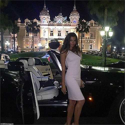 Tài khoản Anna Fursova khoe siêu xe bên ngoài một casino đông đúc ở Monte Carlo