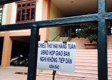 """UBND phường Ô chợ Dừa (quận Đống Đa), nơi vừa bị báo cáo kiểm tra công vụ đột xuất của Sở Nội vụ """"bêu tên"""", treo biển miễn tiếp dân ngày làm việc đầu xuân Bính Thân."""