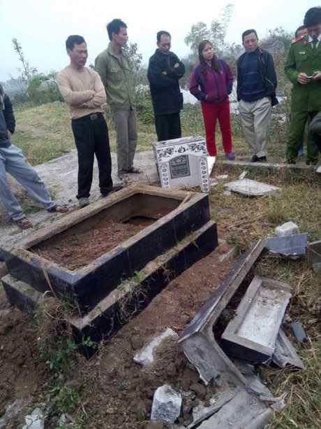 Người dân xôn xao trước vụ đập phá mộ tại nghĩa trang