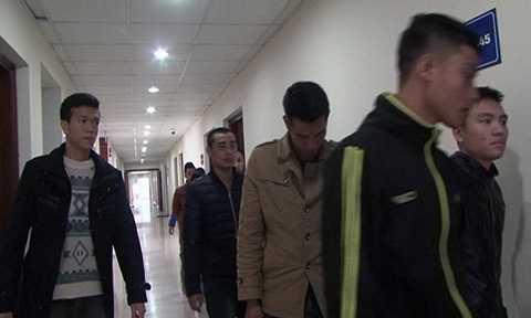Áp giải các đối tượng về cơ quan Cảnh sát điều tra Công an tỉnh Quảng Ninh