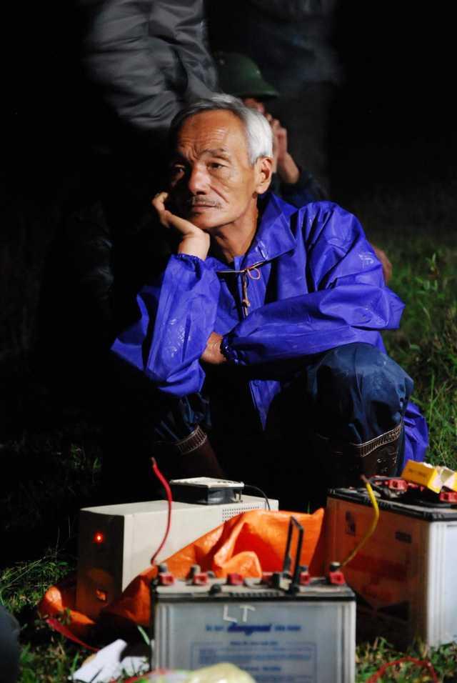 Phút trầm tư của ông Lê Văn Chất trong lúc chờ giờ đẹp để động thổ, đào mộ.