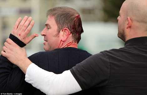 Một người tham gia lễ hội tranh bóng truyền thống ở Anh