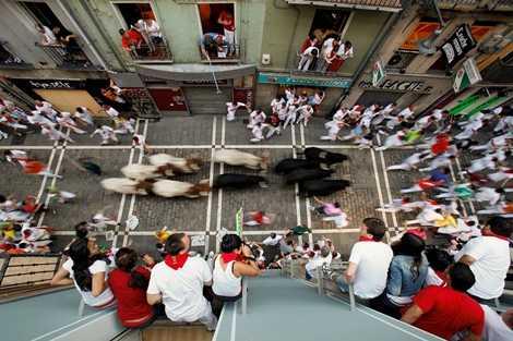 Cuộc đua diễn ra trên những con đường nhỏ và rất dễ đổ máu