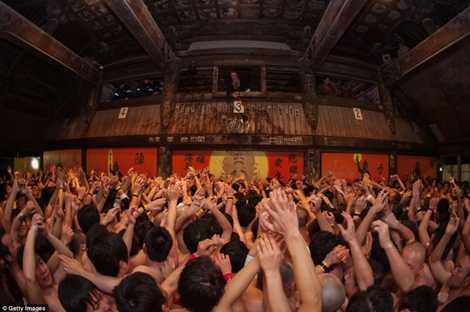 Lễ hội này hình thành từ hơn 500 năm trước, khi những tín đồ đạo Shinto cạnh tranh để nhận được các bùa giấy từ thầy tu