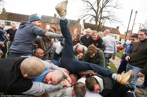 Hàng trăm người đàn ông khỏe mạnh lao vào tranh nhau trái bóng