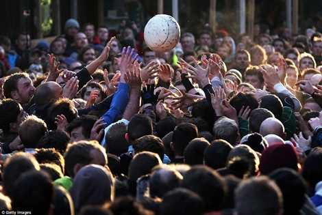 Mục tiêu của lễ hội là những quả bóng