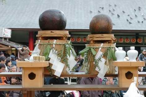 2 quả bóng được đại diện cho Dương và Âm trong lễ hội