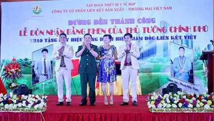 Bộ sậu lãnh đạo Cty Liên Kết Việt tại lễ đón nhận Bằng khen giả (Lê Xuân Giang áo sẫm màu, giữa).