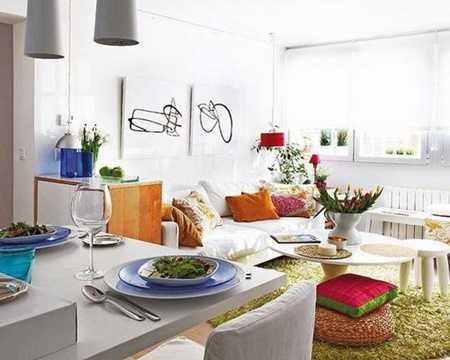 Gam màu trắng được sử dụng xuyên suốt cho căn nhà nhỏ này khiến chúng trở nên rộng rãi hơn và nó cũng chính là bước đệm lý tưởng để các chủ nhân tha hồ sử dụng màu trắng trang trí hay các đồ decor rực rỡ.