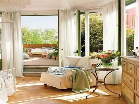Có nhiều cách để mang xu hướng này vào nhà, tùy thuộc vào sở thích và không gian sống của bạn. Giấy dán tường luôn là lựa chọn linh hoạt và nhanh chóng để làm mới một căn phòng. Thay vải bọc sofa hoặc gối tựa cũng là giải pháp nhanh gọn, hiệu quả. Hoặc, bạn có thể thay rèm cửa và drap trải giường của mùa đông sang mùa xuân bằng những hình hoa vui nhộn. Ngay cả tấm thảm trong phòng khách hoặc phòng ngủ cũng là vật dụng được nhắm đến để góp mặt trong xu hướng này. Với mọi món đồ nội thất và vật dụng trong nhà bếp, phòng tắm, bạn đều có thể chọn cho chúng một tấm áo hoa mới…