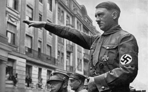 Trùm phát xít Hitler mắc chứng bệnh có tên hypospadias khiến bộ phận sinh dục nhỏ bất thường.
