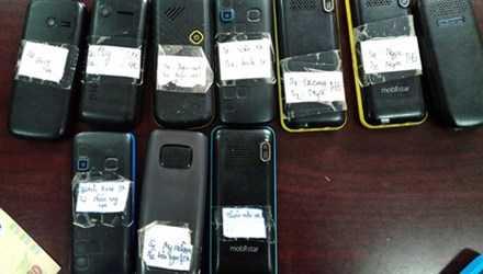 Những chiếc điện thoại dán tên của gái bán dâm