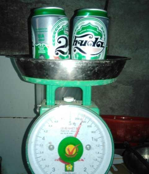 Hai lon bia Huda bị cho (dung tích 330 ml) bị chi là bị ăn bớt bia trong lon có trọng lượng chỉ hơn 300 gram.