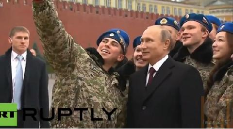 Một thanh niên đã ngỏ ý được chụp ảnh tự sướng cùng ông Putin