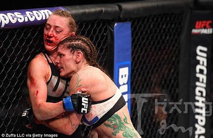 Lauren Murphy dồn Kelly Faszholz vào góc võ đài