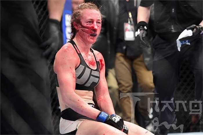 Trước khi khiến khuôn mặt Kelly Faszholz bê bết máu