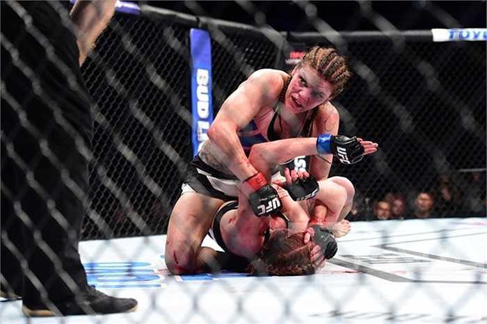 Luật UFC là chỉ khi nào đối thủ chịu thua hoặc trọng tài cho dừng thì trận đấu mới kết thúc. Chính bởi vậy, chuyện các võ sĩ máu me đầm đìa là điều xảy ra thường xuyên