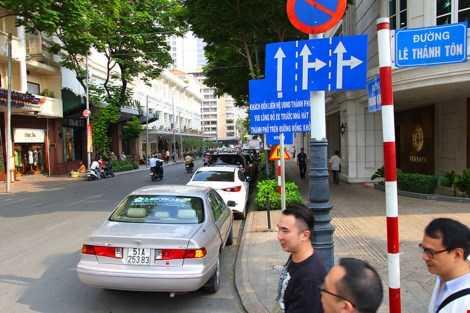 Nhiều xe ô tô đậu nối đuôi nhau trên đường Đồng Khởi dù ngay đó có biển cấm. Ảnh: LÊ THOA