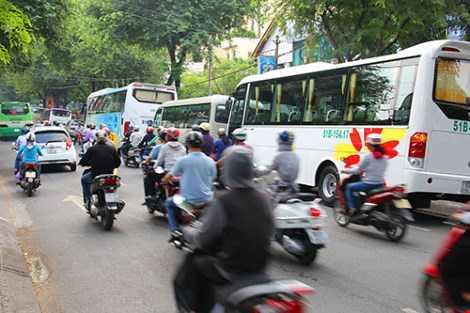 Xe khách, xe taxi đậu chờ khách trước Bảo tàng chiến tích chiến tranh chiếm hết một phần ba con đường một chiều. Ảnh: LÊ THO