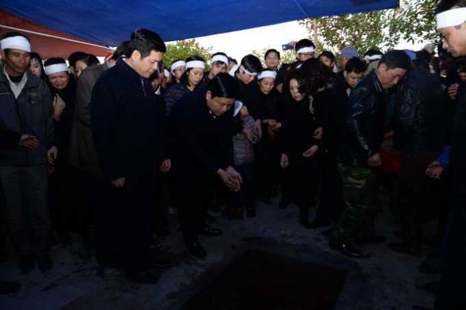 Ủy viên Bộ Chính trị, Bí thư Thành ủy TP Hồ Chí Minh, Bộ trưởng Bộ GTVT Đinh La Thăng cùng tang quyến thả những nắm đất trên mộ đồng chí Phạm Quý Tiêu như một nghi thức tiễn biệt lần cuối.