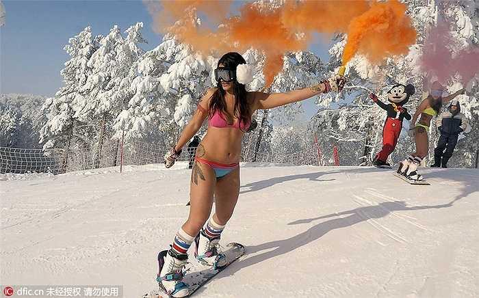 Katy Khmelevskaya năm nay 30 tuổi cùng Veronica Kalugina 26 tuổi tham gia trượt tuyết tại khu nghỉ dưỡng Khvalynsk, Nga.