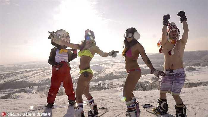 Katy Khmelevskaya và Veronica Kalugina  gây chú ý khi mặc bikini để trượt tuyết giữa nền nhiệt ngoài trời đang là -15 độ C.