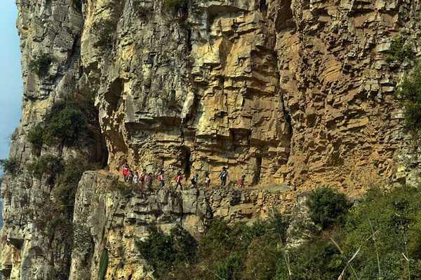 Trẻ em ở ngôi làng Genguan phải men theo sườn núi khúc khuỷu để tới trường