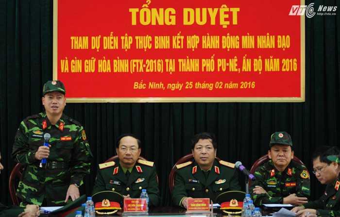 Thiếu tướng Vũ Tiến Trọng, Viện trưởng Viện Quan hệ Quốc tế về Quốc phòng và Thiếu tướng Trần Hồng Minh, Tư lệnh Binh chủng Công binh trong lễ tổng duyệt của đoàn Việt Nam trước khi sang Ấn Độ tham gia diễn tập FTX-2016 - Ảnh: Tùng Đinh