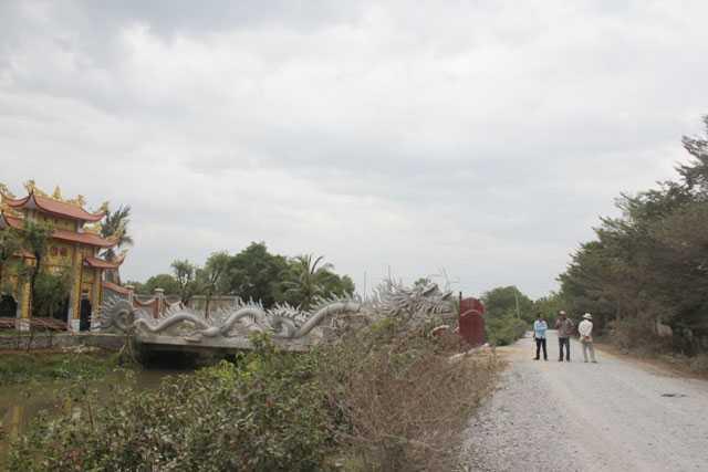 Con đường rải đá đi vào nhà thờ tổ của NS Hoài Linh