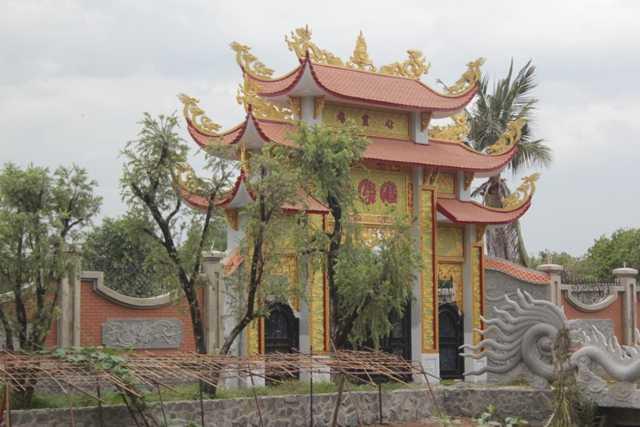 Mặt tiền và là cổng chính của khu nhà thờ họ