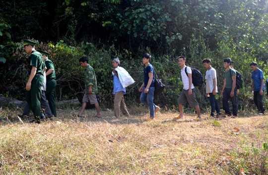 Trong một ngày cơ quan chức năng phát hiện hai vụ đưa 55 người sang Trung Quốc trái phép.