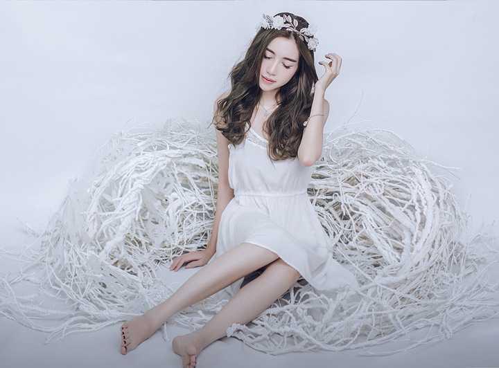 Bộ ảnh được thực hiện với phong cách tối giản khi Elly Trần diện những chiếc váy có sắc trắng đơn giản và tạo dáng bên những cánh hoa đầu lãng mạn.