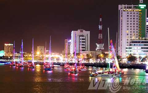 Hàng vạn người, đổ về sông Hàn, ngắm đoàn thuyền, Clipper race, diễu hành