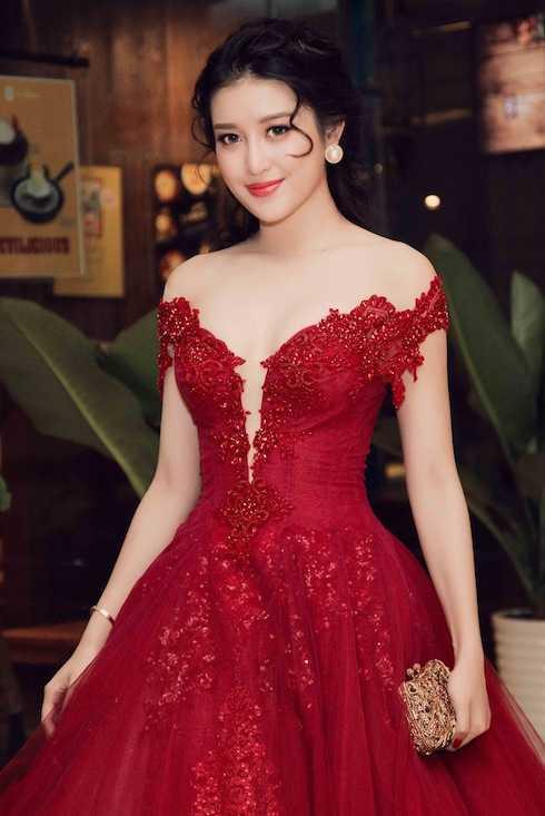 Huyền My sexy với đầm đỏ quyến rũ.