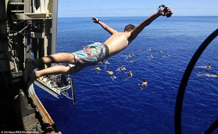 Thủy thủ lao từ tàu USS Mesa Verde xuống biển Địa Trung Hải