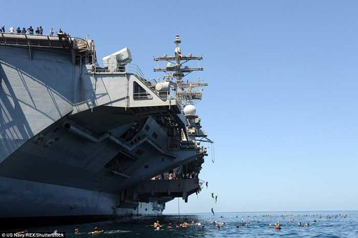 Các thủy thủ tàu USS Dwight D Eisenhower bơi ở biển Ả Rập
