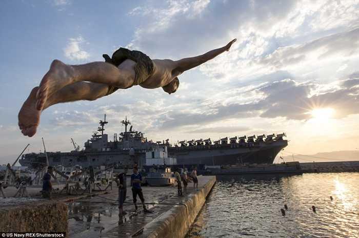 Một màn nhảy xuống biển từ tàu USS Kearsarge