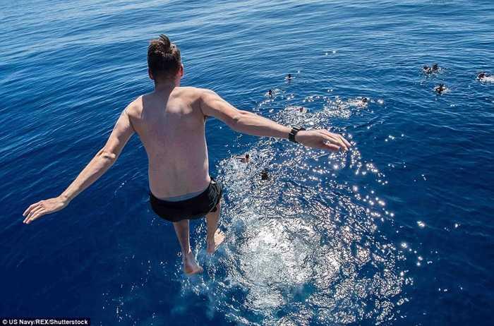 Một bữa tiệc bơi ở biển Thái Bình Dương của các thủy thủ Mỹ