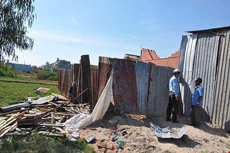 Cơ quan chức năng TP Vũng Tàu đang kiểm tra, xử lý một căn nhà xây không phép trên địa bàn. Ảnh: PHONG LINH.