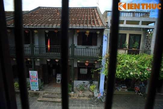 Tòa nhà có hai mặt tiền, một mặt hướng ra đường nguyễn Thái Học sầm uất.