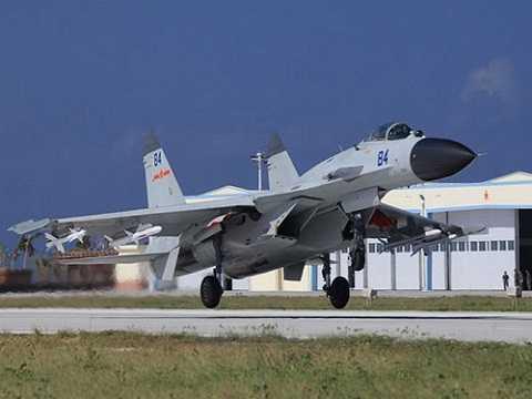 Chiến đấu cơ J-11 của Trung Quốc trên đường băng phi pháp ở đảo Phú Lâm - Ảnh: Sina