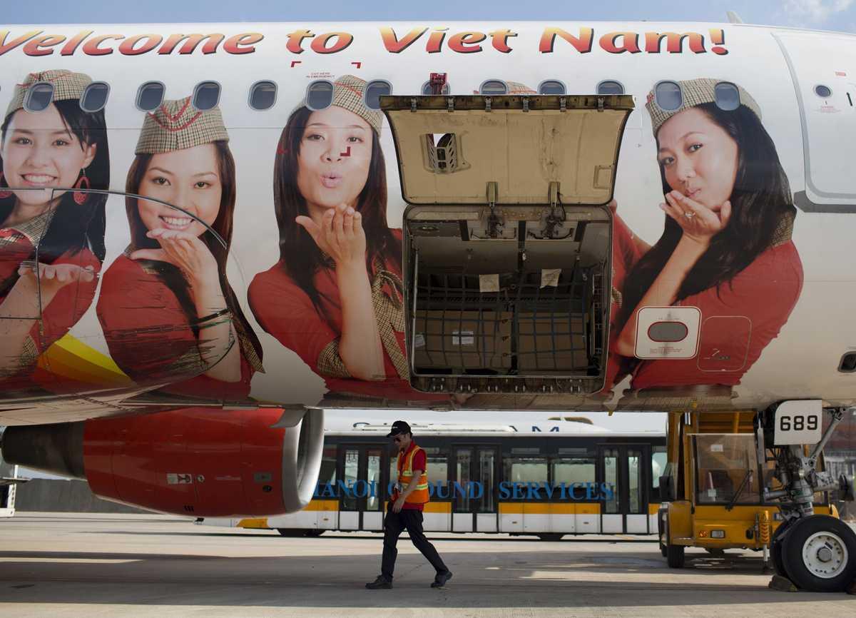 Thân máy bay in hình những nữ tiếp viên xinh đẹp của Vietjet Air