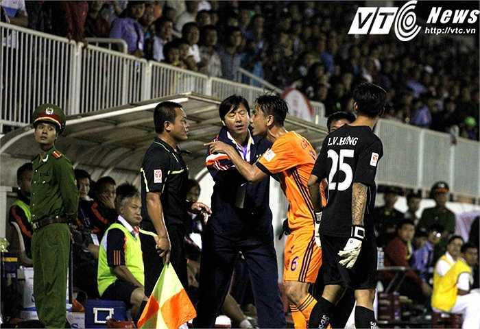Cho rằng Văn Toàn và 2 cầu thủ HAGL khác đã việt vị, trung vệ Phước Vĩnh phản ứng gay gắt với trọng tài biên. Phải nhờ tới sự can thiệp của HLV Lê Huỳnh Đức, mọi việc mới kết thúc