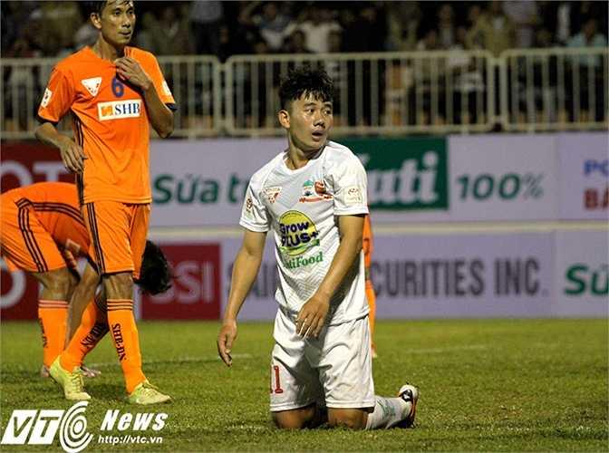 Đáng tiếc là trong vòng vây truy cản của nhiều cầu thủ áo cam, 'Cầu thủ trẻ xuất sắc nhất V-League 2014' không thể dứt điểm đúng ý muốn