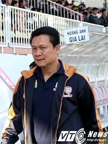 Sau trận, HLV Nguyễn Quốc Tuấn phàn nàn về các cầm còi của tổ trọng tài và khẳng định HAGL không xứng đáng thua trận (Ảnh: Hoàng Tùng)