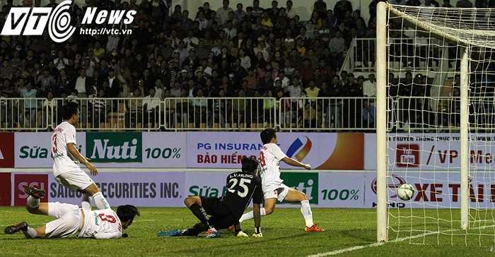 Ở tình huống này, Văn Toàn đã lao vào đánh đầu hụt, nhưng động tác này khiến thủ môn Văn Hưng của SHB.Đà Nẵng bị giật mình và đành phải vào lưới nhặt bóng